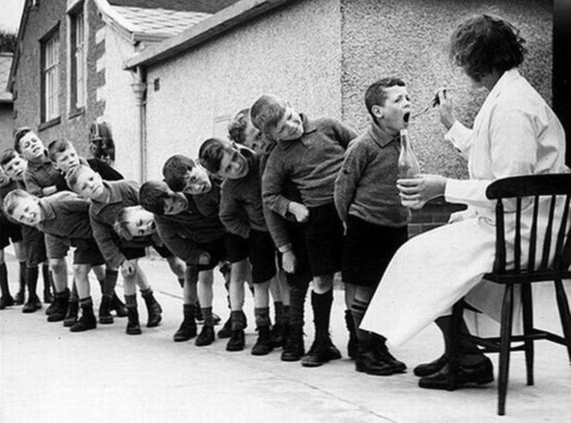 Кормление-Рыбьим_жиром-1960
